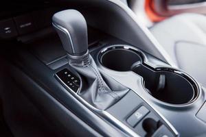 vue de l'intérieur d'une automobile moderne montrant le tableau de bord. transmission automatique photo