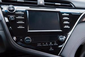 vue de l'intérieur d'une automobile moderne montrant le tableau de bord photo