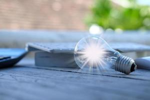 concept d'innovation et d'inspiration d'idée, ampoule lumineuse sur le livre, concepts d'innovation, de remue-méninges, d'inspiration et d'éducation. photo