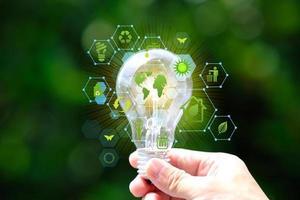 ampoule à économie d'énergie et concept de sauvegarde du monde photo
