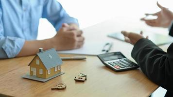 les courtiers d'assurance présentent des programmes d'assurance immobilière à leurs clients. photo