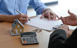 signature d'un contrat de vente entre l'acheteur et le vendeur. photo