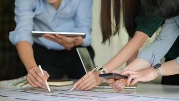 l'équipe ux conçoit une application pour smartphones avec ordinateur portable dans un bureau moderne. photo