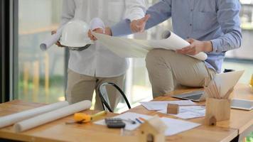 les ingénieurs et les architectes aident à concevoir la construction. photo