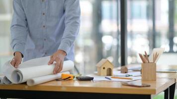 l'architecte recueille le plan de construction pour le présenter au client. photo