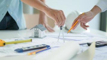 les ingénieurs et les architectes conçoivent et planifient la construction des nouveaux bâtiments du projet. photo