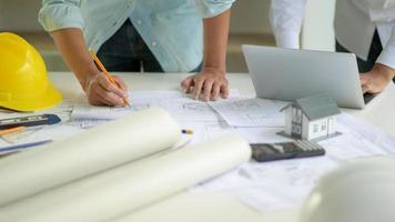 l'architecte édite le plan de la maison selon les exigences du client. photo
