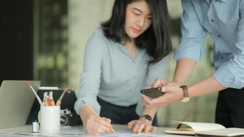 une équipe de designers professionnels travaille avec des smartphones et des ordinateurs portables pour concevoir des applications. photo