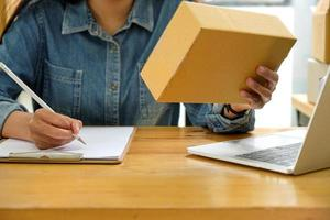 le personnel vérifie le paquet et prend des notes. photo