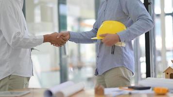 ingénieurs et architectes se donnent la main pour travailler sur le projet afin d'atteindre ses objectifs. photo