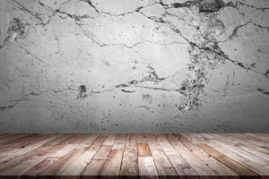 plancher de bois et mur de ciment. Le vieux mur de ciment gris est un arrière-plan de rupture, une pièce, un intérieur, des produits d'affichage. photo