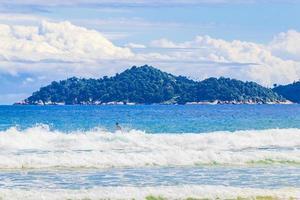 fortes vagues praia lopes mendes beach ilha grande island au brésil. photo