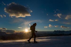 coucher de soleil nuageux avec un gros plan de marcheur photo