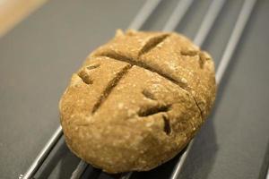 pain fait maison avec de la farine écologique sur un comptoir noir photo