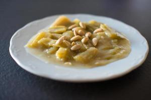 délicieux chardon fait maison aux amandes, un plat typique de noël photo