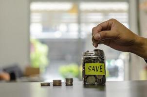finance concept business, collecte d'argent pour la retraite ou investissement ou partage des dépenses. déposer la banque d'argent. photo