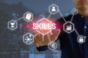 écran virtuel tactile d'homme d'affaires de main. compétences pour le développement personnel et la compétence en affaires idées d'investissement financier photo