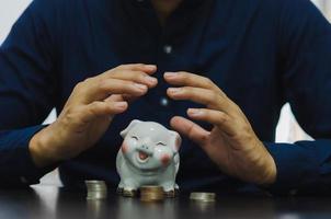 finance concept business, collecte d'argent pour la retraite ou investissement ou partage des dépenses. déposer une tirelire. photo