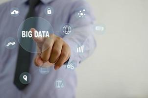 homme d'affaires touchant l'écran virtuel big data de l'icône. concept de technologie d'entreprise, marketing d'entreprise, investissement et analyse de données. espace de copie photo