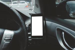téléphone portable sur la ventilation de la voiture.blank avec écran blanc.mock up smart phone dans la voiture. photo