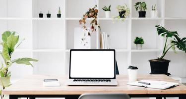 concept de maquette de lieu de travail. maquette d'ordinateur de bureau de décoration d'intérieur moderne avec des livres vintage, plante d'intérieur. espace de travail de l'artiste avec espace de copie pour l'affichage des produits sur le bureau de montage.mockup. photo