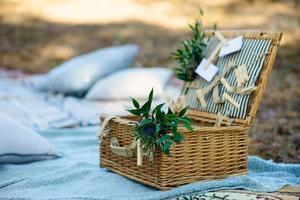 décor de fête de style bohème dans la forêt. décoration de fête pour un enterrement de vie de jeune fille. photo
