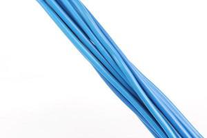 câbles électriques isolés sur fond blanc photo