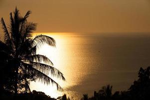 paysage de beauté avec coucher de soleil doré au-dessus du fond de la mer photo