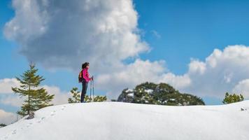 fille solitaire marche dans les montagnes sur la neige photo