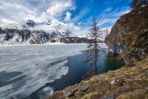 dégel dans la vallée de l'engadine près du col de maloja photo