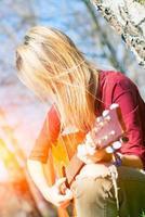 fille joue de la guitare photo