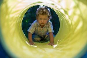 Beau petit garçon avec un photographe de pose de visage d'enfant photo