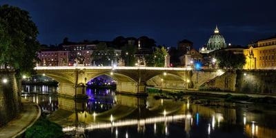 ancien pont de rome sur le tever photo