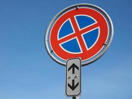 pas de parking et pas de panneau d'arrêt sur ciel bleu avec espace de copie photo