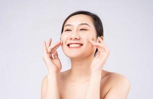 belle jeune femme asiatique avec une peau fraîche et propre sur fond blanc, photo