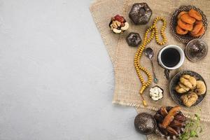 tasse à café avec différentes noix de fruits secs photo