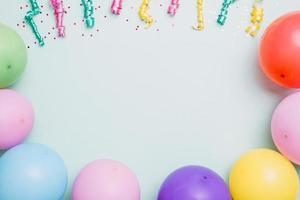 banderoles ballons colorés fond bleu espace texte photo