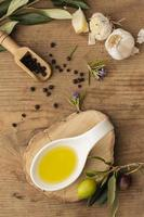 plat d'huile d'olive à l'ail poivre photo