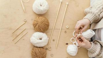 assortiment d'outils à tricoter à plat photo