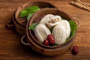 petit pain farci cuit à la vapeur à base de jujube, de yaourt et de farine, avec un petit pain au yaourt au jujube imprimé sur la surface photo