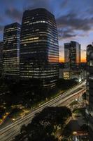 vue aérienne des immeubles de bureaux commerciaux sur l'avenue juscelino kubitschek, avec le coucher de soleil en arrière-plan dans le côté sud de sao paulo, ville photo