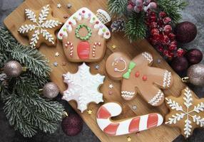 biscuits de pain d'épice de noël et décorations de noël. photo
