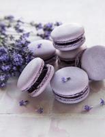 macarons français au goût de lavande et fleurs de lavande fraîche photo