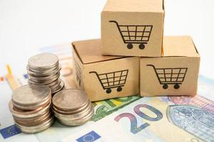 logo du panier sur la boîte avec pièces de monnaie et billets en euros. compte bancaire, économie de données de recherche analytique d'investissement, commerce, concept d'entreprise en ligne de transport d'importation d'exportation d'affaires. photo