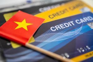 drapeau vietnamien sur carte de crédit. développement financier, compte bancaire, statistiques, économie de données de recherche analytique d'investissement, négociation en bourse, concept d'entreprise commerciale. photo