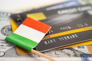 drapeau italien sur carte de crédit. développement financier, compte bancaire, statistiques, économie de données de recherche analytique d'investissement, négociation en bourse, concept d'entreprise commerciale. photo