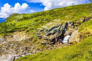 magnifique paysage norvégien avec une belle cascade de rivière à vang norvège photo