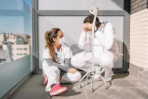 médecins fatigués se relaxant sur la terrasse pendant la journée de travail photo