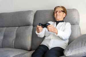 femme âgée souriante ayant un appel vidéo sur smartphone photo