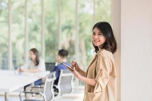 femme d'affaires utilisant une tablette numérique dans la salle de réunion photo